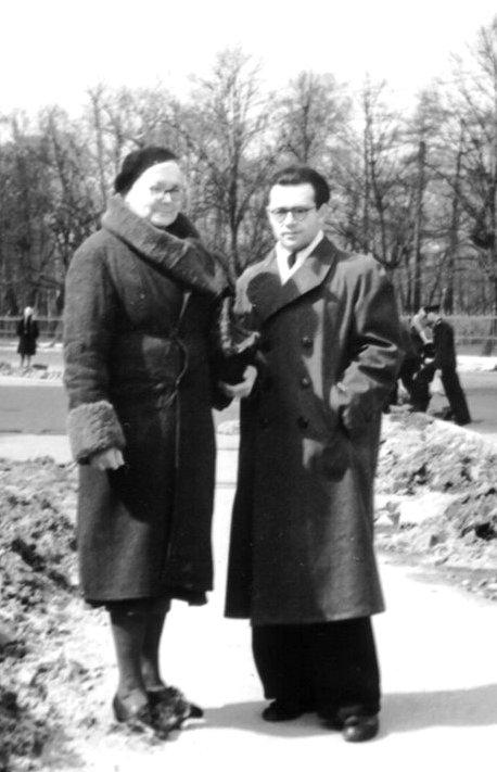Смерть мамочки 1953 год На фоне Таврического сада Мамочка ещё в старом пальто