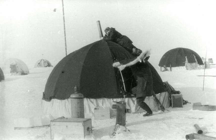 Обалденная девушка уединилась на снегу