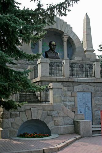 Памятник Ленину []