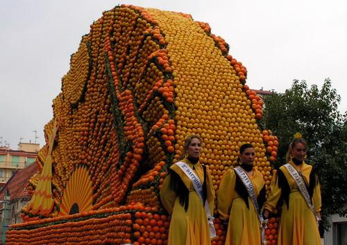 Местные красавицы открывают парад лимонов []
