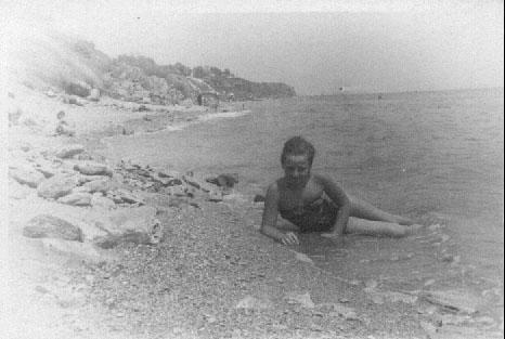 На старом любительском снимке видно, что представляла собой большая часть одесского побережья до берегоукрепительных работ (14 ст. Фонтана, середины 60-х) []