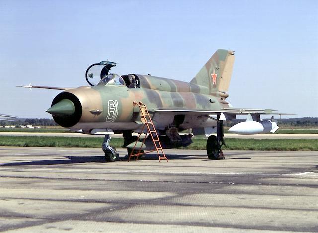Самолет МиГ-21 выполнен по нормальной аэродинамической схеме с треугольным низкорасположенным крылом и стреловидным...