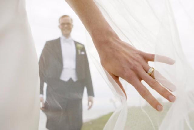 Два, а то и три обручальных кольца на левой руке означают не количество  браков, разводов, статус вдовы, а - серьёзность отношений. 7ad75de69f2